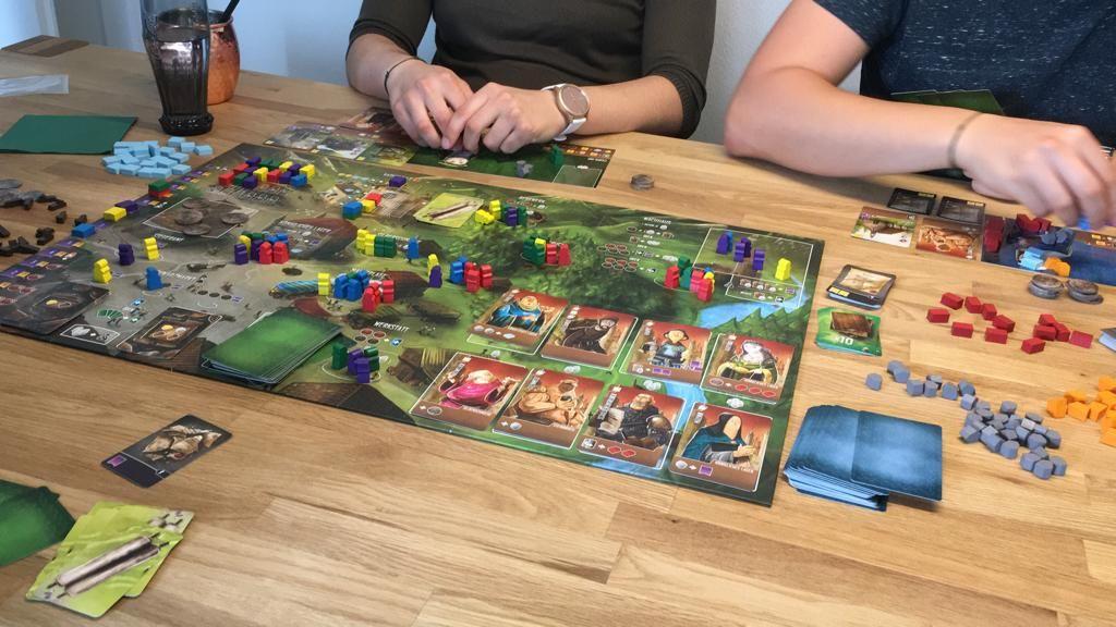 Foto eines Spieleabends mit einem Brettspiel.